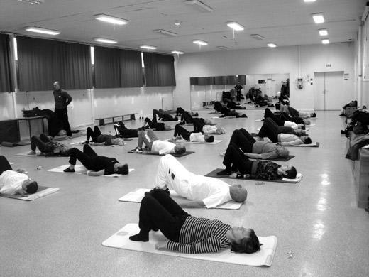 le cours de pilates se termine par un moment de détente